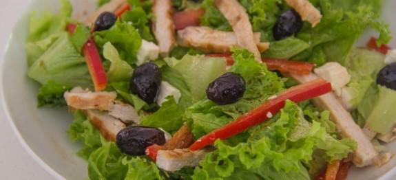 Insalata di pollo saporita con feta greca