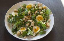 insalata di pollo con songino e uova sode