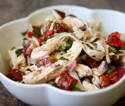 insalata di pollo con peperoni e mandorle tostate